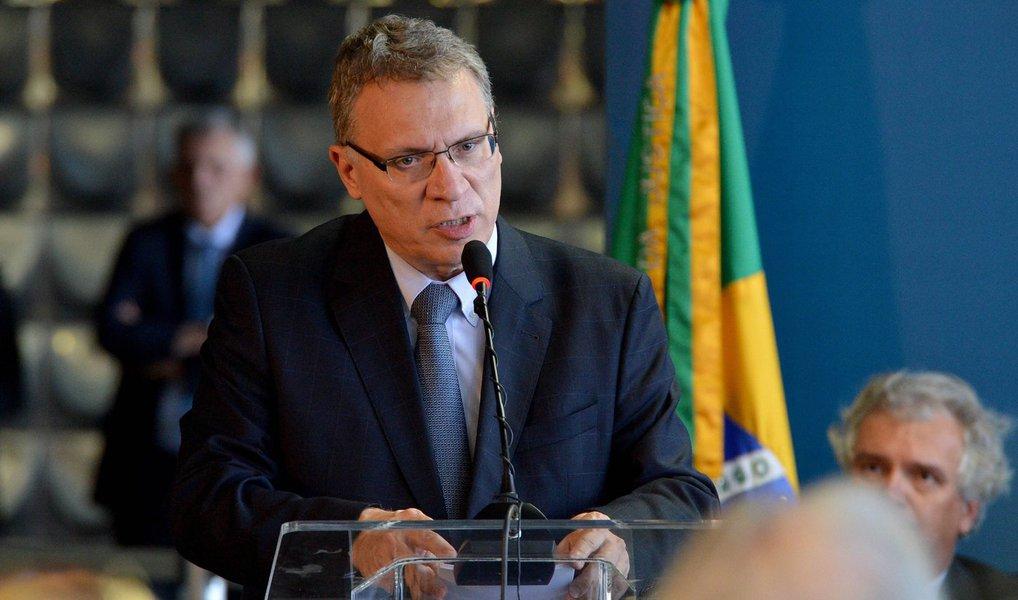 """O novo ministro da Justiça Eugenio Aragão afirma, em entrevista ao Brasilianas, da TV Brasil, que irá ao ar na nesta segunda (4), as 23h, que o país padece da estreiteza da visão penal, simplificadora, deletéria de que todos os problemas do país se resolvem meramente condenando os corruptos; O Brasil padece de uma corrupção sistêmica, diz ele, e não se resolve isso apenas no campo penal; """"Tem que se avançar na reforma política, em regras de transparência"""", defende; ele também diz que um dos grandes problemas institucionais, em sua opinião, é o processo que atravessa o MPF"""