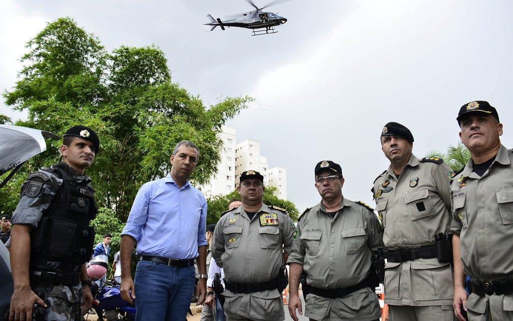 Relatório divulgado nesta segunda-feira revela proatividade recorde das estruturas de segurança pública do Estado; de 25 de fevereiro até 17 de março, as forças policiais do Estado prenderam 1.973 suspeitos, sendo 1.555 em flagrante durante ações da Polícia Militar e 418 da Polícia Civil; PM apreendeu, ainda, 188 armas de diversos calibres; PC deflagrou 132 operações e os casos de maior repercussão em Goiás são 100% solucionados pela sua capacidade de investigação; nessas três semanas à frente da SSPAP, o vice-governador e secretário José Eliton transformou em rotina importantes operações como os bloqueios em todas as regiões da Capital e em cidades do interior