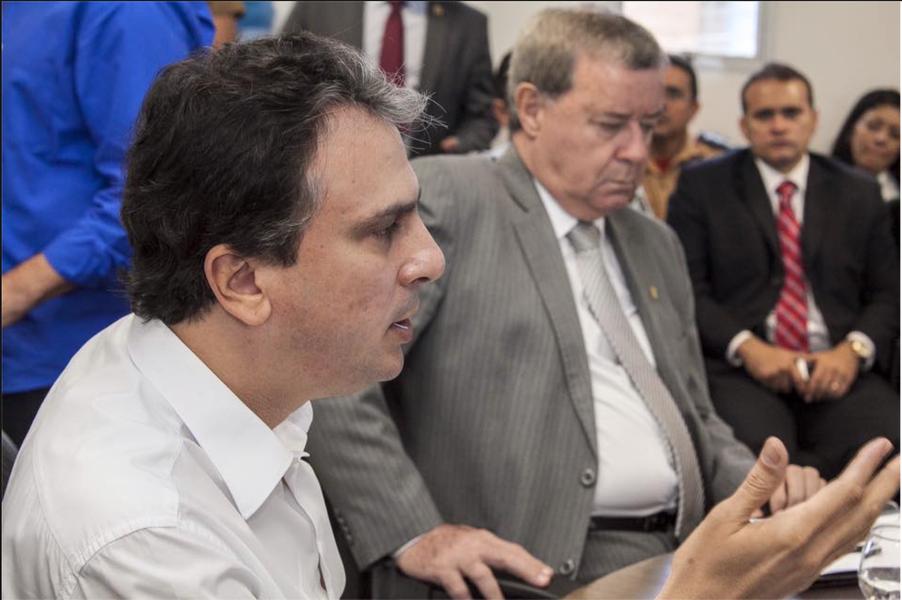 """O governador Camilo Santana (PT) anunciou nesta quinta-feira (2), em reunião do programa """"Em Defesa da Vida"""", que o índice de Crimes Violentos Letais Intencionais (CVLIs) teve queda de 6,6% em novembro, em relação ao mesmo período do ano passado. Todas as regiões do estado apresentaram redução, sedo as maiores no Interior Norte (-11,4%) e em Fortaleza (-7,3%). No acumulado do ano, a queda é de 9,8% em todo o estado"""