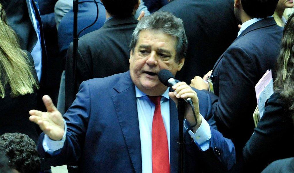 """""""Entendi como uma agressão ao governo e à Presidente Dilma as indicações dos Deputados Eduardo Bolsonaro e Marco Feliciano, como membros titulares da Comissão que vai analisar o Impeachment; dois parlamentares que ultrapassam os limites da política, beirando o ódio ao nosso governo e à Presidente Dilma; a oposição brasileira passou de todos os limites de convivência democrática; não vai ter impeachment"""", disse o deputado Silvio Costa"""