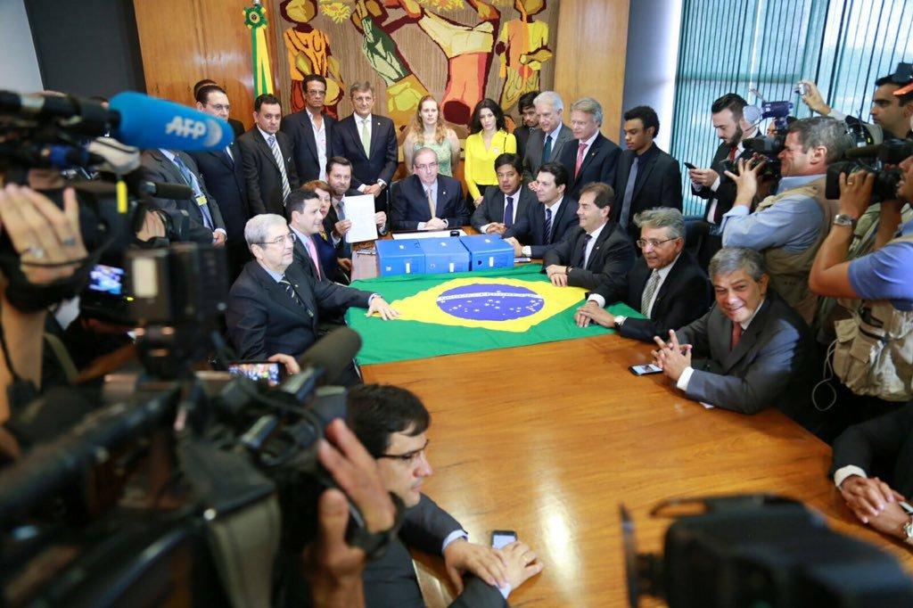Novo pedido de impeachment da presidente Dilma foi entregue nesta manhã pelos principais defensores do golpe ao presidente da Câmara, Eduardo Cunha (PMDB-RJ), investigado por corrupção e por manter contas secretas na Suíça;juristas Hélio Bicudo e Miguel Reale Jr., que assinam o documento, não compareceram; pedido traz parecer do MP junto ao TCU de que o governo cometeu 'pedaladas' também em 2015 e é a principal esperança da oposição para tirar Dilma do poder; ato teve direito a foto de Cunha com os líderes Carlos Sampaio (PSDB-SP), Mendonça Filho (DEM-PE), Rubens Bueno (PPS-PR) e Paulinho da Força (SD-SP), entre outros, além do líder do MBL Kim Kataguiri; time completo do golpe