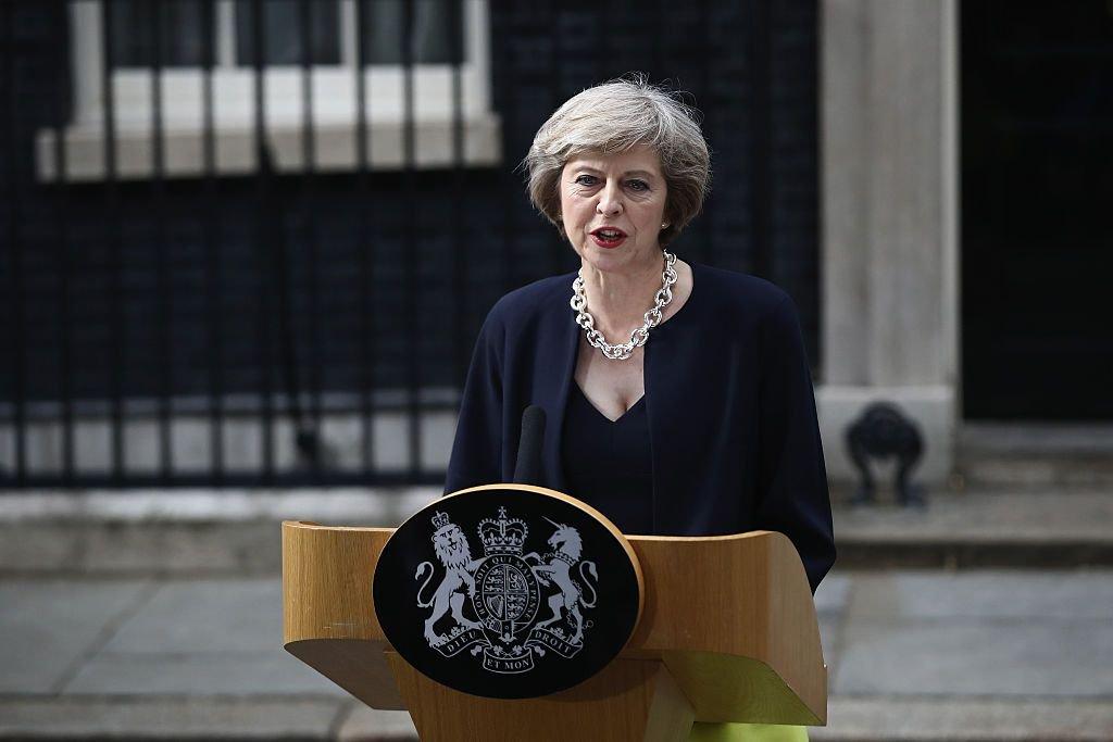 """Primeira-ministra britânica, Theresa May, disse que vai se encontrar nesta quarta-feira com a chanceler alemã, Angela Merkel, para discutir a saída do Reino Unido da União Europeia decidida pelo povo britânico em um referendo, além de outros assuntos; """"Nesta tarde viajarei a Berlim para encontrar a chanceler Merkel e discutir como implementaremos a decisão do povo britânico tomada no referendo, e espero que iremos também cobrir uma série de outras questões internacionais importantes"""", disse May ao Parlamento"""