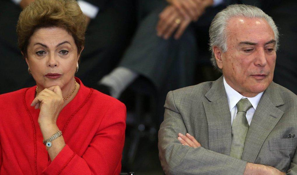 Ministros do Tribunal Superior Eleitoral observam que a separação das contas de campanha da presidente Dilma e do vice Michel temer não seria tão simples como deseja o PMDB; existem problemas formais como o fato de as defesas terem sidio feitas em conjunto em várias etapas processuais, além do uso da mesma linha de argumentação em relação à acusação que pede a cassação da chapa; apesar disso, alguns magistrados estariam avaliando a possibilidade de punições diferentes para Dilma e Temer
