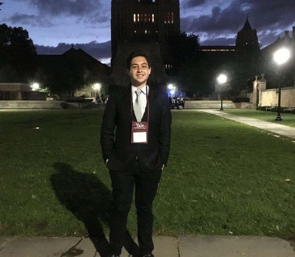 """André Garcia, de 18 anos, de Embu das Artes (SP), foi aprovado na Universidade Yale, nos Estados Unidos, e ainda aguarda o resultado de outros processos seletivos em instituições no exterior;""""Estou me preparando há três anos e faço parte de uma família de baixa renda, que vive em uma comunidade de cidade pequena"""", diz"""