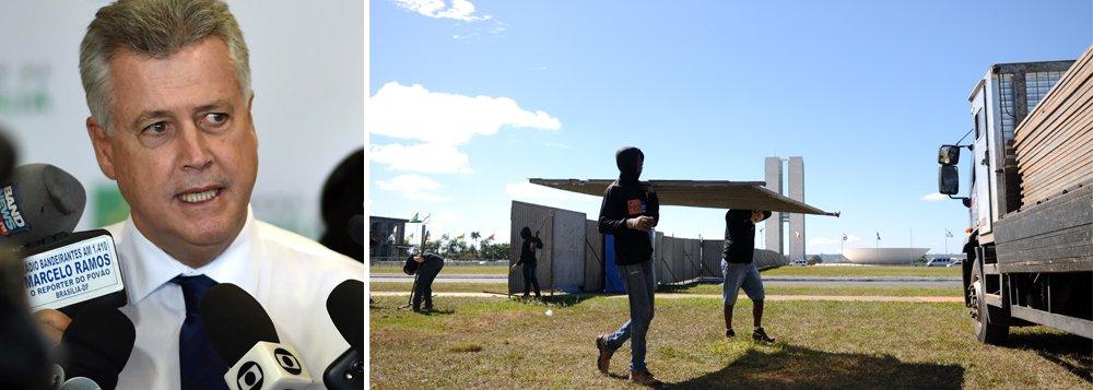 """O governador do Distrito Federal, Rodrigo Rollemberg, afirmou que o muro de 2 km erguido no gramado da Esplanada dos Ministérios para separar manifestantes contra e a favor do impeachment da presidente Dilma também será erguido no local para a votação no Senado; a expectativa é de que o pleito aconteça entre 10 e 11 de maio; """"Quando tiver uma nova votação, em um ambiente de divisão e radicalização, nós retornaremos as divisórias. Não fomos nós que dividimos o Brasil. Há um ambiente de radicalização e o muro foi colocado para garantir que as pessoas pudessem se manifestar livremente e com segurança"""", disse"""
