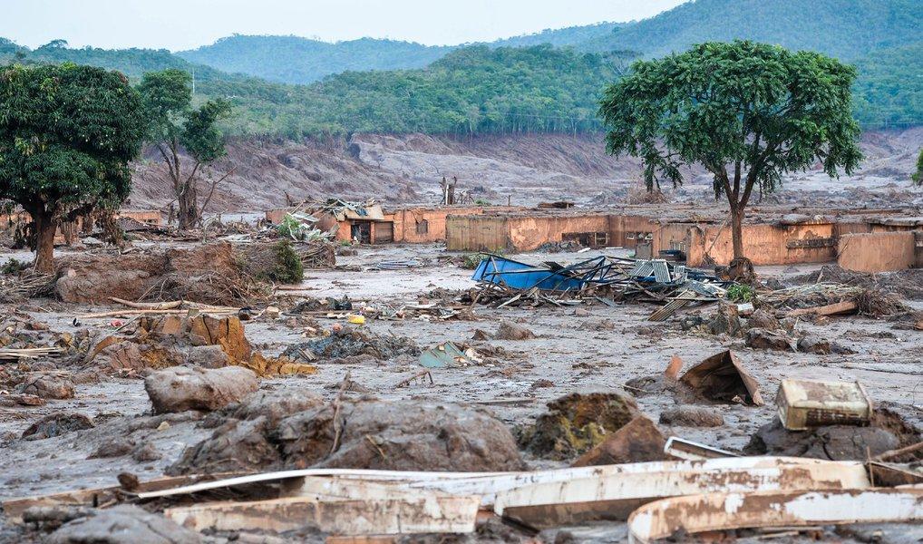 O MPF, por meio da força-tarefa que investiga o desastre socioambiental causado pelo rompimento da Barragem de Fundão, em Mariana (MG), recomendou ao Departamento Nacional de Produção Mineral (DNPM) que se abstenha de aprovar planos de barragens para a contenção de rejeitos de mineração pelo método de alteamento a montante; o MPF informou que o objetivo é evitar a elevação da barragem sobre o próprio rejeito; oDNPM deve analisar somente os aspectos de segurança dos novos projetos de ampliação ou alteração de barragens de rejeitos de mineração após a anuência do órgão de licenciamento ambiental competente