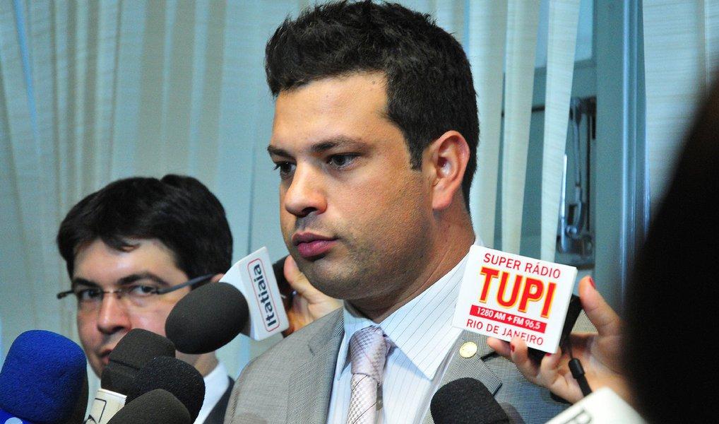 """O líder do PMDB na Câmara, Leonardo Picciani (RJ), afirmou nesta quarta (23) que """"O PMDB é um partido que defende a democracia e quem defende a democracia defende o resultado das urnas""""; Picciani ironizou a força da oposição em sua empreitada em defesa do impedimento de Dilma e disse que a apreciação dos vetos presidenciais foi um termômetro mais exato disso; """"Os defensores da tese do impeachment diziam ter 280, 300 deputados favoráveis à tese e calibraram essa discussão durante a votação do veto, tentando já impor esse número nessa primeira votação e só obtiveram 180 votos"""", ressaltou"""