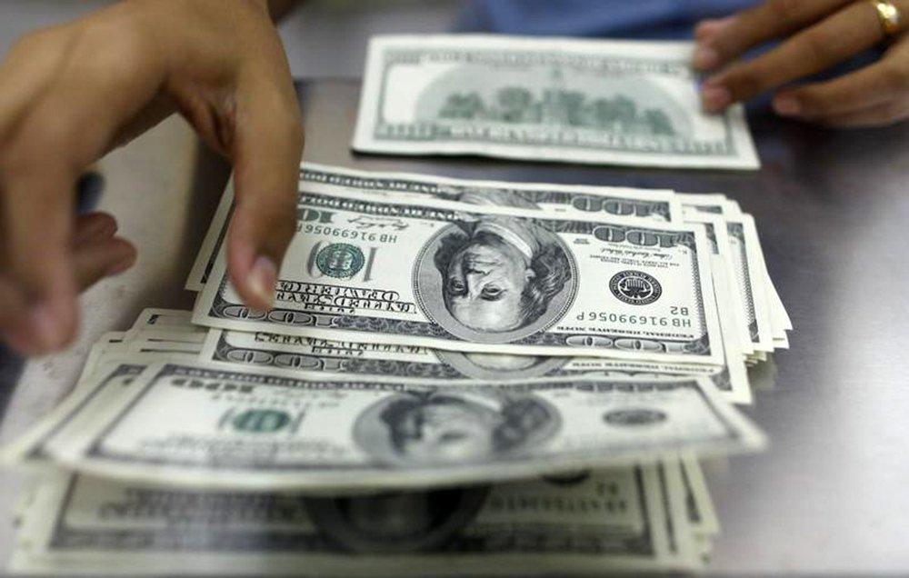 Mulher conta notas de dólar norte-americano em Yangon, Mianmar. 23/05/2013 REUTERS/Soe Zeya Tun