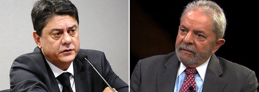 """Deputado federal Wadih Damous (PT-RJ) aponta""""muitos elementos de um Estado de exceção"""" e """"de desrespeito à ordem jurídica"""" na Operação Lava Jato e afirma que """"seria a ousadia das ousadias criminalizar um ex-presidente da República com base em delações de delinquentes""""; ele comentou a declaração do ex-diretor da Petrobras Nestor Cerveró de que Lula o teria indicado para uma diretoria na BR Distribuidora por """"gratidão""""; """"O relato de advogados de defesa é que sempre se pergunta acerca do Lula, como se houvesse um direcionamento. Isso é um lixo jurídico. E por que a palavra desse delinquente de nome Cerveró vale mais do que a palavra do presidente, que já disse que isso não é verdade?"""""""