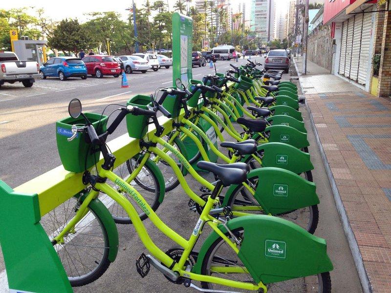 Quatro novas estações do Bicicletar começam a funcionar a partir de 5h deste sábado (24), nos bairros Parquelândia, São Gerardo e Amadeu Furtado. Até o fim do mês serão implantadas mais oito, e outras oito em novembro, totalizando as 20 novas estações de bicicletas compartilhadas anunciadas pela Prefeitura de Fortaleza