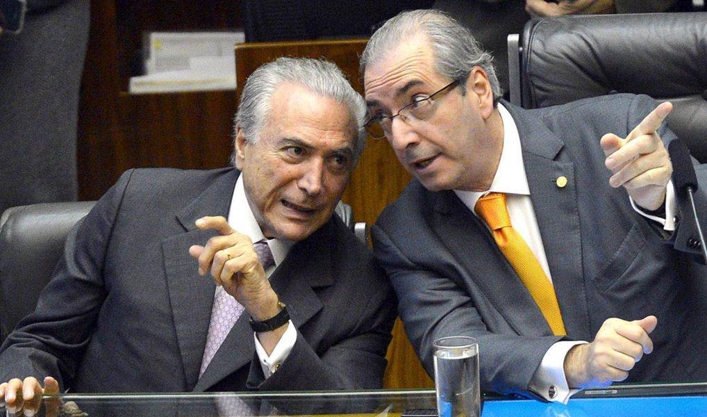 """Deputados de partidos que já indicaram voto a favor do impeachment, como o PSB e o PSD, tentam articular em suas legendas um movimento para aumentar o número de abstenções e impedir a aprovação da saída de Dilma Rousseff do governo; a justificativa para não votar a favor do impeachment seria a de que a alternativa à presidente –o chamado """"governo Temer/Cunha"""" seria pior do que a de deixar a petista no comando do país; a ideia é que pelo menos 20 deputados se retirem do plenário, no domingo, alegando que não podem votar numa sessão presidida por Cunha"""