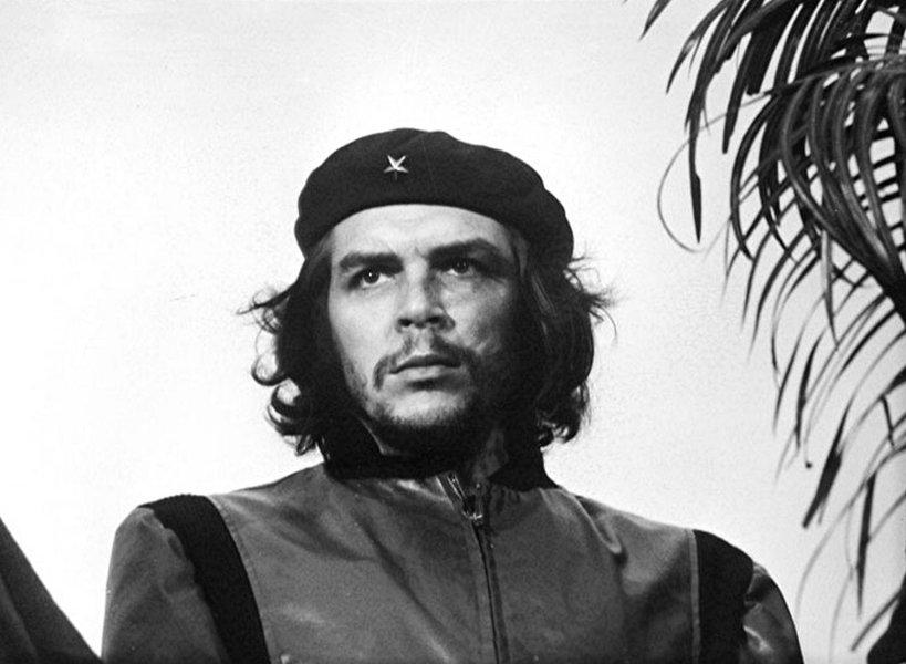 """O governo boliviano lembrou neste sábado os 49 anos da morte do guerrilheiro Ernesto Che Guevara, com a inauguração de um centro cultural no povoado de Vallegrande (leste), onde seus restos mortais foram encontrados em 1997, e anunciou grandes celebrações para os 50 anos de sua execução; assistiram ao ato o presidente Evo Morales - que afirmou que o Che é um ícone mundial - e o ministro da Cultura de Cuba, Abel Prieto; """"Estamos aqui para informar sobre este centro de interpretação dos ideais, de valores, de compromissos ideológicos, políticos e programáticos do Che; é, como dizemos, um museu"""", afirmou o presidente em seu discurso"""