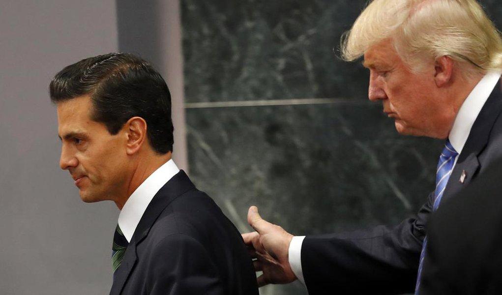 """Presidente do México, Enrique Peña Nieto, reafirmou que seu país não pagará pelo muro que o norte-americano Donald Trump ordenou que seja construído na fronteira visando conter a imigração ilegal; Peña Nieto exigiu """"respeito"""" dos Estados Unidos (EUA) com o México, """"uma nação soberana""""; """"O México não acredita em muros, disse isso mais de uma vez. O México não pagará por nenhum muro"""", afirmou Peña Nieto; segundo analistas, o muro tem custo estimado em US$ 12 bilhões e Trump já ameaçou confiscar remessas de mexicanos que vivem nos EUA, caso o país vizinho se nege a pagar pela obra"""