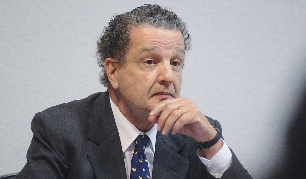 """Jornalista, que na semana passada se posicionou contra o impeachment da presidente Dilma,foi alvo de xingamentos e ameaças de quatro mascarados - um deles com a camisa da CBF - na porta de sua casa nesta madrugada; """"Com buzinas nas mãos, xingavam: 'Juca Kfouri, maldito, fdp, petista!'"""", conta ele, acrescentando que """"na segunda-feira retrasada já tinham feito o mesmo, com dois carros, e eram oito"""""""