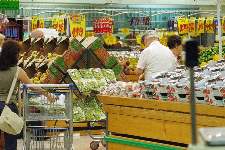 Novo salto nos preços de alimentos em julho levou a prévia da inflação oficial do país a subir mais do que o esperado no mês; o Índice Nacional de Preços ao Consumidor Amplo-15 (IPCA-15) subiu 0,54% em julho, sobre alta de 0,40% no mês anterior, informou o IBGE;no acumulado em 12 meses até julho, o indicador teve alta de 8,93%, desacelerando sobre o avanço no mês anterior