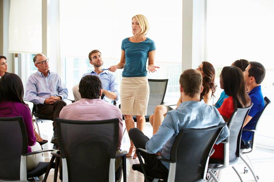 É possível identificar sinais que mostram o que seus funcionários pensam sobre você. Note se eles estão te evitando a todo custo, não conseguem manter o contato visual ou não param de rir quando você chega. Caso isso ocorra, você precisa avaliar o que está fazendo errado
