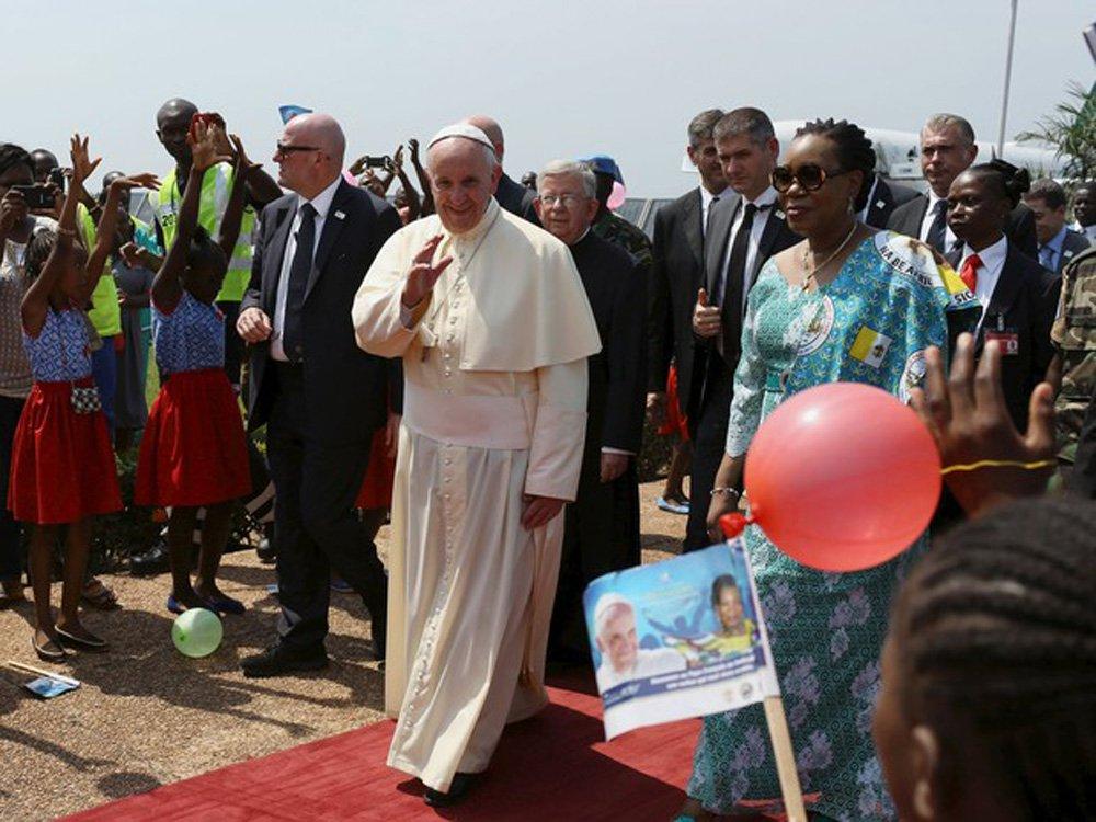 """Protegido pelo esquema de segurança mais reforçado em suas viagens, o papa Francisco pediu neste domingo pela reconciliação da República Centro-Africana, um país afetado há anos pela violência entre muçulmanos e cristãos; """"Trabalhem, rezem, façam tudo pela paz. Mas, lembrem-se, a paz sem amor, amizade e tolerância, não é nada"""", disse o pontífice; no momento em que seu avião pousou na capital Bangui, helicópteros de ataque patrulhavam os céus e forças de paz das Nações Unidas e do Exército francês esperavam do lado de fora do aeroporto"""