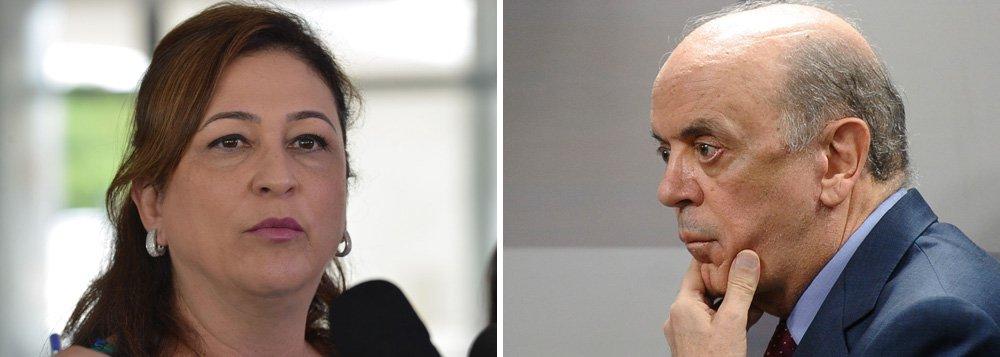 """Senador tucano entrou na conversa sem ser convidado durante jantar natalino na casa do líder do PMDB, senador Eunício Oliveira, e disse à ministra: """"dizem por aí que você é muito namoradeira""""; irritada, ela respondeu: """"você é um homem deselegante, descortês, arrogante, prepotente. É por isso que você nunca chegará à Presidência da República""""; em seguida, jogou o vinho no rosto de José Serra (PSDB-SP) e pediu que ele se retirasse do local"""