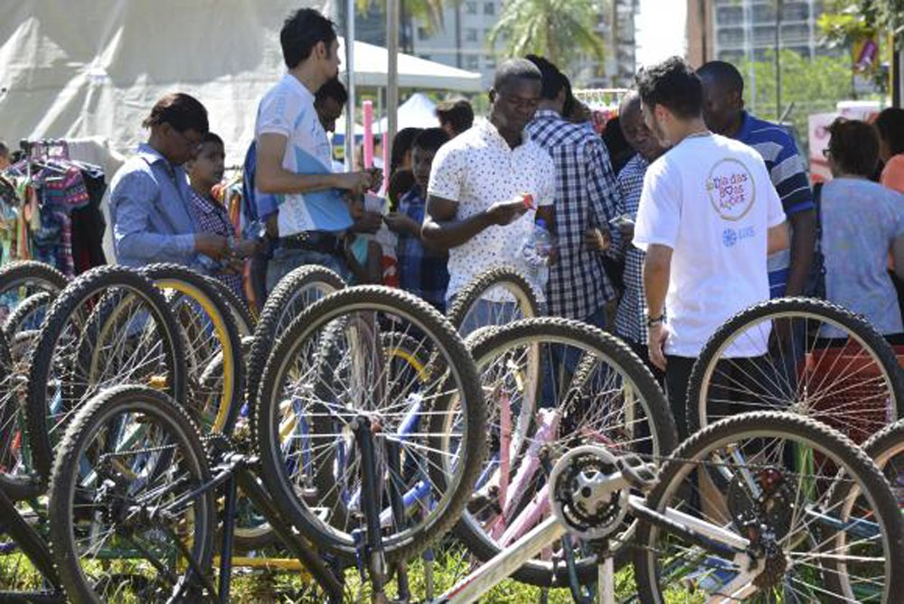 Refugiados de vários países que vivem no Distrito Federal receberam neste domingo 34 bicicletas para facilitar o deslocamento pelos espaços urbanos; elas são usadas e foram consertadas para a doação, feita pela ONG Rodas da Paz; projeto é feito em parceria com a Agência da Organização das Nações Unidas para Refugiados (Acnur) e com o Instituto Migrações e Direitos Humanos (IMDH), ONG que auxilia os migrantes