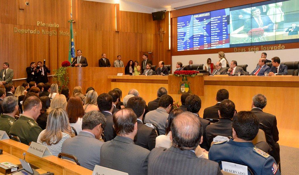 Foi empossada a nova Mesa diretoria da Assembléia Legislativa do Maranhão, cujo o mandato acontecerá até o dia 31 de janeiro de 2019; tomaram posse os deputadosFábio Macedo (PDT) – segundo vice-presidente; Josimar de Maranhãozinho (PR) – terceiro vice-presidente; Adriano Sarney (PV) – quarto vice-presidente; na abertura dos trabalhos, que aconteceu na quinta-feira 2, o governador Flávio Dino (PCdoB) pediu um minuto de silêncio em homenagem a Dona Marisa Letícia Lula da Silva, ex-primeira-dama do País; ele falou sobre equilíbrio fiscal e destacou ações na pasta de educação, segurança e desenvolvimento social