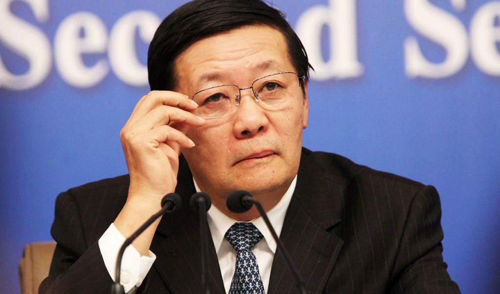 """Decisão pela saída da UE """"vai lançar uma sombra sobre a economia global. As repercussões e consequências vão emergir nos próximos cinco a 10 anos"""", disse o ministro das Finanças da China,Lou Jiwei, na primeira reunião anual do Banco Asiático de Investimento em Infraestrutura, em Pequim"""