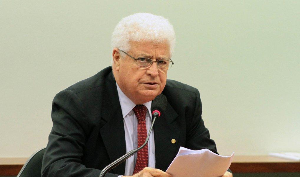 A Procuradoria-Geral da República (PGR) denunciou o deputado federal Nelson Meurer (PP-PR) ao STF; Meurer foi citado em depoimentos do ex-diretor de Abastecimento da Petrobras Paulo Roberto Costa, um dos delatores da Operação Lava Jato, como suposto beneficiário de valores distribuídos a deputados do PP