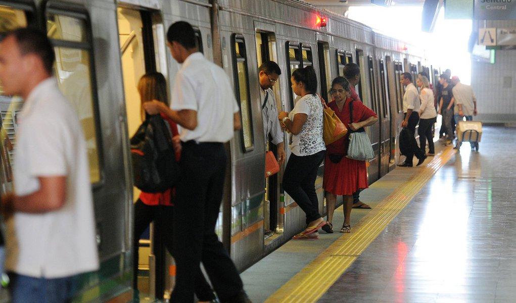 O Tribunal Regional do Trabalho (TRT) determinou que os metroviários em greve operem 24 trens e 24 estações nos horários de pico a partir desta quarta-feira (15); a decisão foi um pedido da Companhia do Metropolitano do Distrito Federal; a autarquia pediu reconhecimento da abusividade da greve