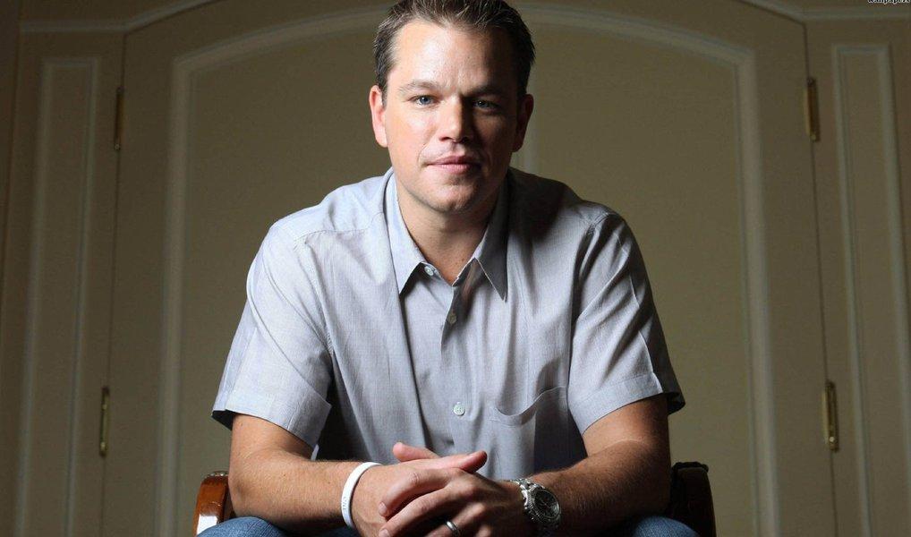 """Jason Bourne (Matt Damon) está de volta; mais letal do que nunca, e desmemoriado como sempre; depois de um desvio no quarto filme da série – """"O Legado Bourne"""", o ator e o cineasta Paul Greengrass retomam a trilogia – """"A Identidade Bourne"""", dirigido por Doug Liman (nos outros creditado como produtor), de 2002, """"A Supremacia Bourne"""", de 2004, e """"O Ultimato Bourne"""", de 2007 – neste filme de ação divertido e facilmente esquecível, que poderia ser protagonizado por qualquer espião atormentado – embora seja inegável que o fato de ser o bom e velho Bourne adiciona alguma camada."""