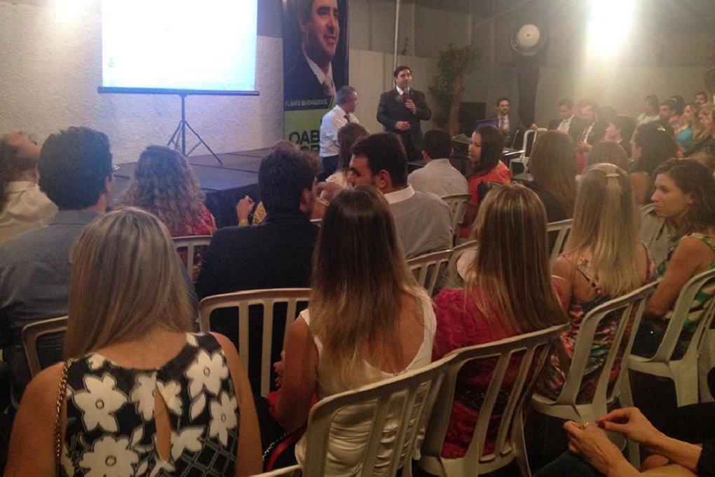 """O renomado dvogado Luiz Flávio Gomes, fundador da rede de ensino LFG, ministrou palestra na noite de ontem (21), no comitê de Flávio Buonaduce, candidato a presidente da OAB Goiás; jurista e professor, Luiz Flávio falou sobre a carreira advocatícia e o papel da OAB na valorização dos advogados; """"A profissão do advogado é uma das mais fantásticas profissões, mas passa por um momento de crise no país; e é nesse momento que a Ordem precisa ser mais atuante, mais presente, porque se a OAB não atua, o advogado perde seu valor perante a sociedade. A OAB precisa ter força para dar força aos advogados, e força se adquire com união"""""""