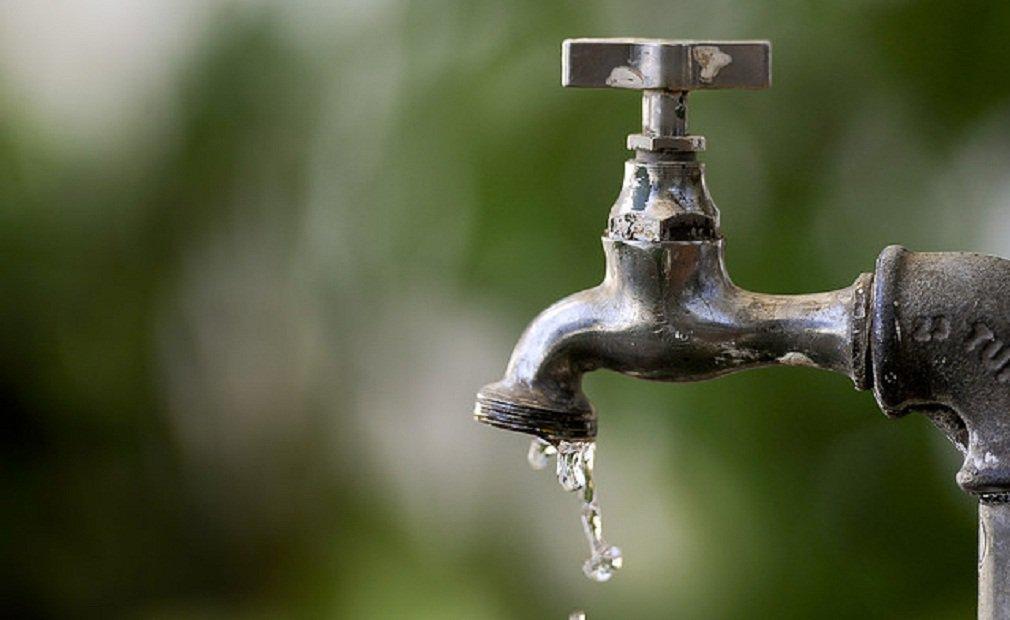 Brasil joga fora mais de um terço da água que distribui, segundo o Ministério das Cidades; Sistema Nacional de Informações sobre Saneamento (SNIS) aponta que a média nacional é de quase 40% para o índice de água perdida durante a distribuição; no entanto, apesar dos números alarmantes, Goiás é um dos Estados mais eficientes, com perda de 28%; o campeão em desperdício é o Amapá, onde 78,2% da água tratada não chega ao consumidor final