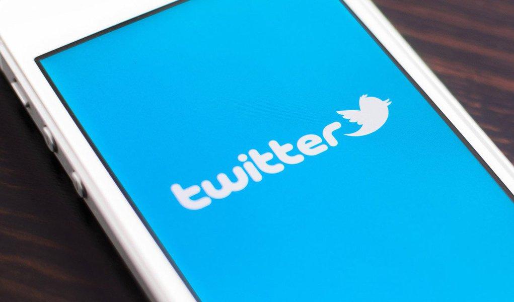 """O Twitter enviou um alerta para alguns usuários, avisando-os de que hackers patrocinados por governos podem estar tentando obter dados sensíveis de suas contas, disse a companhia no primeiro alerta desse gênero feito pela rede social; segundo o comunicado, não havia indicação de que os hackers tenham conseguido obter informação sensível de um """"pequeno grupo de contas"""" visadas; o site não deu informações adicionais sobre o ataque ou possíveis suspeitos em sua investigação"""