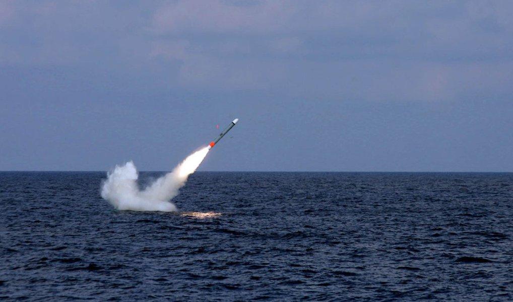 Coreia do Norte lançou um míssil balístico a partir de um submarino perto da província oriental do Hamgyong Sul; militares sul-coreanos, contudo, afirmaram que o míssil não conseguiu continuar a sua trajetória normal, o que significa que o teste não foi bem-sucedido; projétil teria explodido quando alcançou a altura de 10 quilômetros