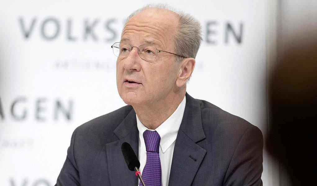 """Presidente do Conselho de Supervisão do grupo Volkswagen, Hans Dieter Pötsch,disse que não há provas, até agora, que possam sugerir que os altos níveis de gestão da companhia estejam envolvidos no escândalo mundial de emissões de poluentes; segundo ele, não existe """"nenhuma prova de que os membros do Conselho de Supervisão ou os membros do Conselho de Administração estejam implicados"""""""