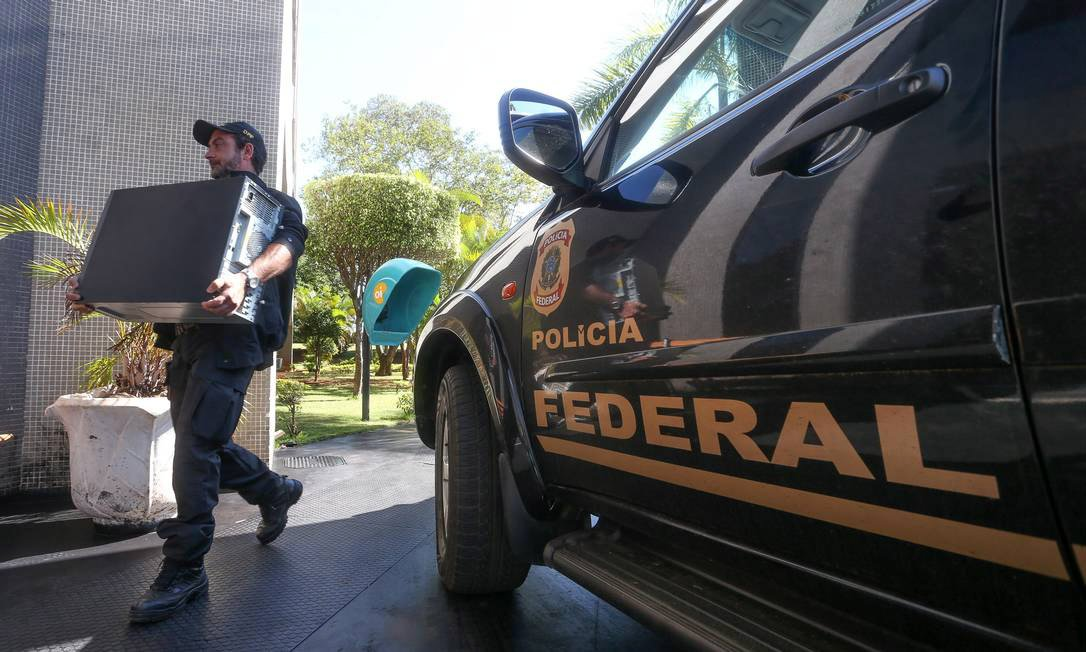 Operação Mar de Lama da Polícia Federal, realizada em Governador Valadares (MG), visa desmontar organização que fradou licitações no município após os estragos causados pela forte chuva de 2013; envolvidos são empresários, agentes do alto escalão da prefeitura de Governador Valadares e do Serviço Autônomo de Água e Esgoto (SAAE) e vereadores do muncípio; operação mobiliza 260 policiais federais e 24 auditores da Controladoria-Geral da União (CGU); estão sendo cumpridos108 mandados judiciais