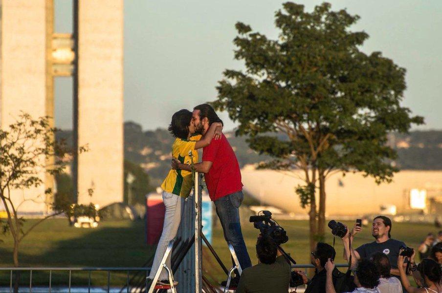 """""""O muro da Esplanada é um crime de dois mandantes: Eduardo Cunha e Michel Temer. E de muitos cúmplices. É mais uma infâmia, para constar do corolário de infâmias que a História reserva a todos os golpistas e às suas tentativas de golpes"""", diz Carlos Odas, em artigo especial para o 247; """"O muro da Esplanada é um crime em muitos sentidos, entre eles o político e o estético. É, por todos os ângulos, a estética do golpe. Por isso será derrubado, como o golpe, e por sobre seus escombros construiremos pontes. Para nos encontramos na democracia, onde há ternura e tensão, como num beijo entre pessoas que se amam"""""""