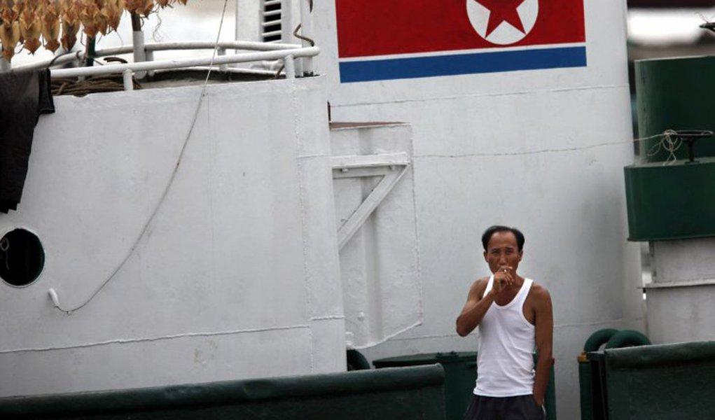 Pescadores da Coreia do Norte detidos no mar do Japão estão em hospitais da região de Primorie, no extremo oriente russo; os 48 norte-coreanos detidos estavam pescando ilegalmente na zona econômica exclusiva da Rússia; após a detenção, os pescadores tentaram atacar os oficiais da patrulha, depois de resistirem ao apelo das autoridades russas de parar o barco, criando, assim, um conflito; após vários tiros de aviso, os oficiais do Serviço Federal de Segurança da Rússia (FSB) abriram fogo de armas ligeiras, ferindo nove pescadores; mais tarde, um deles morre