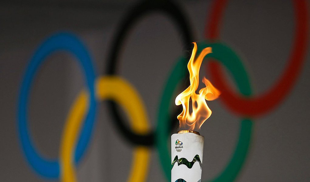 Lei assinada pela presidente eleita Dilma Rousseff em 2013 concede isenção de impostos para um total de 780 empresas envolvidas nos jogos olímpicos da Rio 2016; entre elas estão o Comitê Olímpico Internacional (COI), a Globo, a Odebrecht, o Bradesco, a Coca-Cola e a Nike. É uma exigência do COI ao país-sede, compromisso firmado na candidatura do país, e praxe em outras edições; no Brasil, o total previsto é de R$ 3,8 bilhões