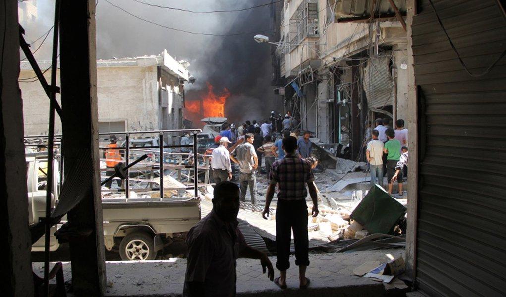 Apenas algumas horas do governo sírio de Bashar al-Assad ter anunciado o fim da trégua no país, 12 pessoas morreram em um bombardeio perto da cidade de Aleppo, que destruiu grande parte de um comboio que trazia alimentos para a cidade e arredores; bombardeios atingiram e destruíram ao menos 18 dos 31 caminhões que levavam alimentos e outros produtos para a região de Urm al-Kubra, onde cerca de 78 mil pessoas precisam de ajuda humanitária
