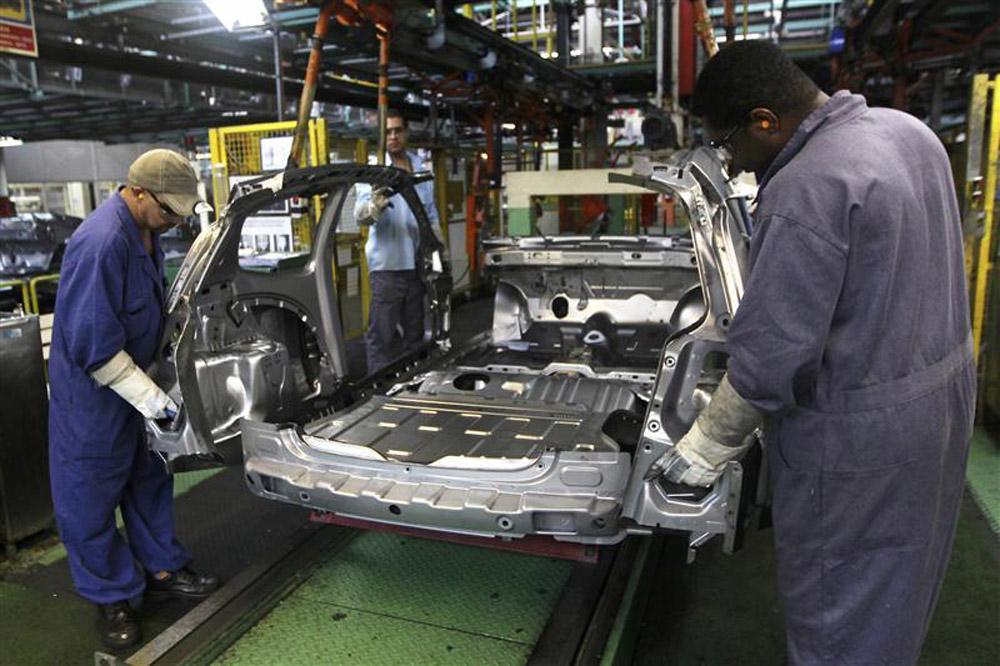 Funcionários trabalham na linha de montagem da montadora Ford, em São Bernardo do Campo, em junho de 2012. A produção industrial brasileira mostrou recuperação em março, ao subir 0,7 por cento frente a fevereiro, mas o número veio bem abaixo do esperado p