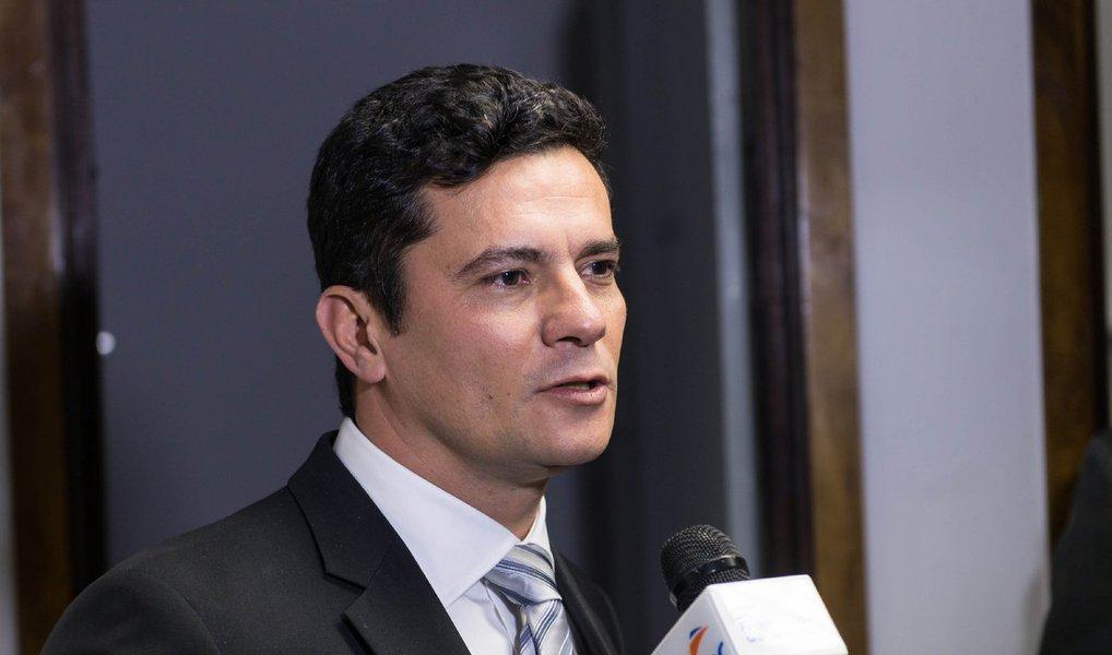 """A assessoria de Comunicação Social da Justiça Federal do Paraná emitiu nota na noite desta terça (5) para informar que o juiz Sérgio Moro só irá se pronunciar sobre a petição do ex-presidente Lula para que o magistrado se declare suspeito para julgá-lo, nos autos; no pedido,os advogados do ex-presidente apontam """"arbitrariedades"""" como a condução coercitiva de Lula e o vazamento de conversas que deveriam ser protegidas por sigilo"""