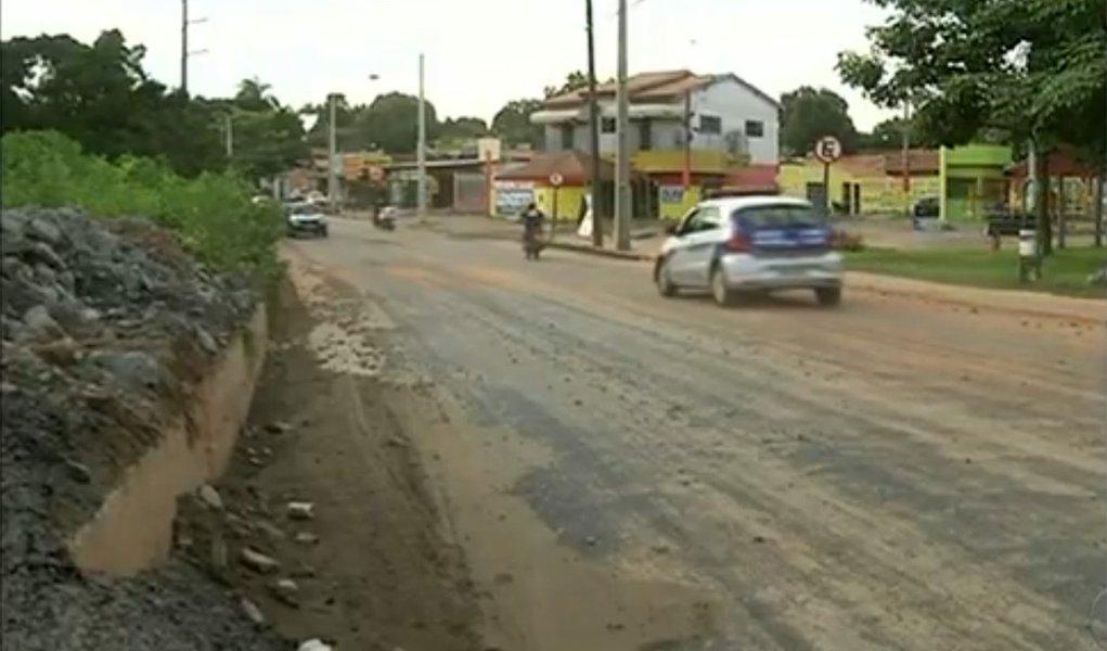 O trânsito na TO-222 foi liberado neste fim de semana, após cinco dias de obras em Araguaína, norte do Tocantins; o trecho havia sido interditado em consequência de um deslizamento provocado pela tempestade do dia 24 deste mês; motoristas, no entanto, reclamam dos serviços paliativos feitos no local