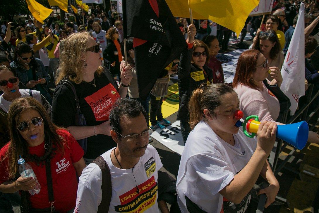 02/09/2015 - PORTO ALEGRE, RS, BRASIL - Servidores fazem apitaço contra parcelamento do governo Sartori | Foto: Caroline Ferraz/Sul21