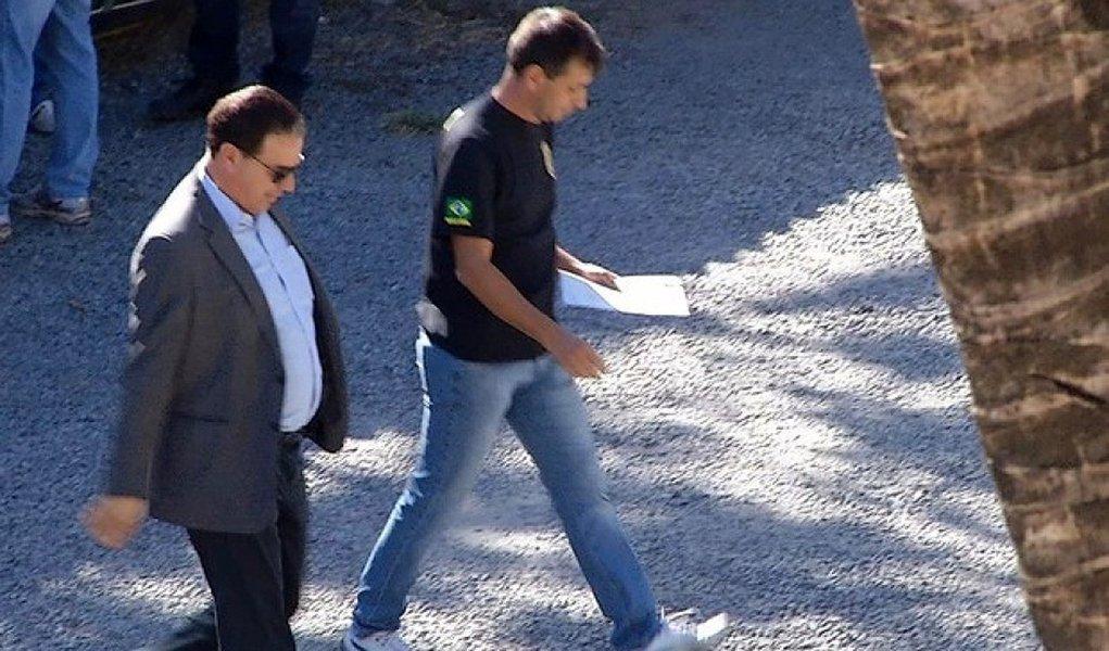 """Foragido da polícia, o prefeito afastado de Montes Claros, Ruy Muniz (PSB), conseguiu uma liminar que lhe garante a condição de continuar fazendo campanha enquanto o cancelamento de sua chapa não for julgado em definitivo; a prisão de Rui Muniz foi pedida na Operação Tolerância Zero por desvio de dinheiro público; antes de Ruy Muniz ser preso pela primeira vez, Raquel Muniz, esposa do parlamentar, o citou como exemplo ao dar o voto favorável ao afastamento de Dilma; """"Meu voto é pra dizer que o Brasil tem jeito, o prefeito de Montes Claros mostra isso para todos nós com sua gestão"""""""