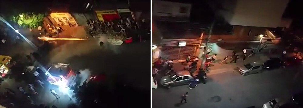 """Duas manifestações ocorriam na PUC-SP, na noite desta segunda-feira, quando a PM entrou em ação, uma organizada por estudantes que defendem o governo da presidenta Dilma Rousseff, e outra, a favor do impeachment; policiais de Geraldo Alckmin (PSDB) reprimiram com truculência o ato dos contrários ao golpe enquanto os outros exaltam os repressores com gritos de """"Viva a PM!"""""""