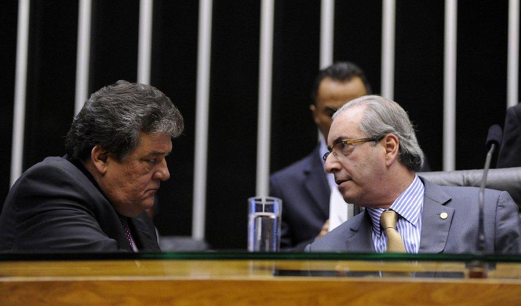 """Vice-líder do governo na Câmara, deputado Silvio Costa (PSC-PE) disse, em entrevista ao 247, que o presidente da Casa, Eduardo Cunha (PMDB-RJ), alcançou o """"ápice da chantagem"""" ao decidir, por """"raivinha, mesquinharia"""", abrir o processo de impeachment da presidente Dilma Rousseff; ele também condenou a reaproximação dos partidos de oposição com Cunha; """"Tem 15 dias que a oposição deixou o plenário da Câmara esculhambando com o Cunha. Chamaram ele até de marginal. Agora reataram a relação com este desqualificado para destruir o país. Isso é brincar de pedir impeachment"""", disparou; para Costa, o pedido de impeachment """"não pode ser levado a sério"""""""