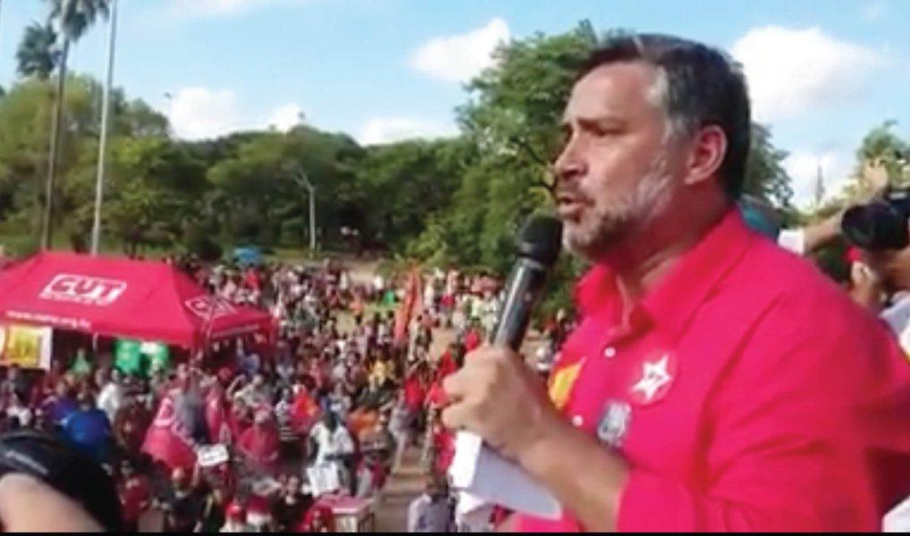 """Deputado bateu duro em políticos que pedem o impeachment da presidente Dilma; """"Se esta direita, que cheira a naftalina, acha que vai voltar a governar esse País, eles que se preparem bem, porque vão ter que ganhar no voto em 2018""""; """"O Lula vem aí de novo"""", anunciou o parlamentar, durante ato pró-governo em Porto Alegre neste domingo; Paulo Pimenta (PT-RS) chamou de """"marionetes"""" o juiz Sergio Moro, o presidente da Câmara, Eduardo Cunha (PMDB-RJ), e o ministro do STF Gilmar Mendes; o """"chefe"""" deles é a Globo, disse"""