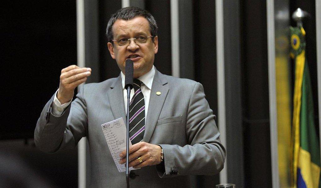 Beto Albuquerque chega de viagem aos EUA para pregar o impeachment de Dilma Rousseff dentro do PSB, ex-partido da base governista; os governadores do partido, Paulo Câmara (PE) e Ricardo Coutinho (PB), assinaram um manifesto contra o golpe