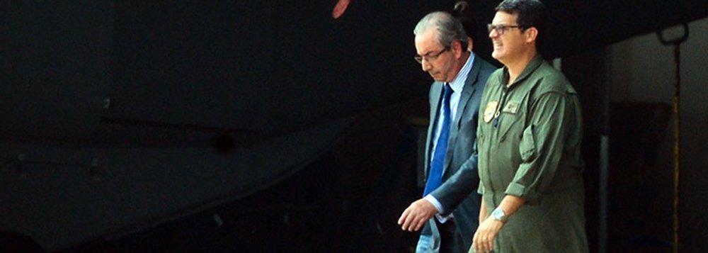 """Ex-deputado Eduardo Cunha teria dito a amigos, um dia antes de ser preso pela Polícia Federal no âmbito da Operação Lava Jato, estar disposto a entregar todos os """"traidores"""" que teriam participado de alguma forma dos esquemas de corrupção e desvios em contratos na Petrobras; expectativa é que Cunha comece a delatar os """"traidores"""" já em seu primeiro depoimento"""