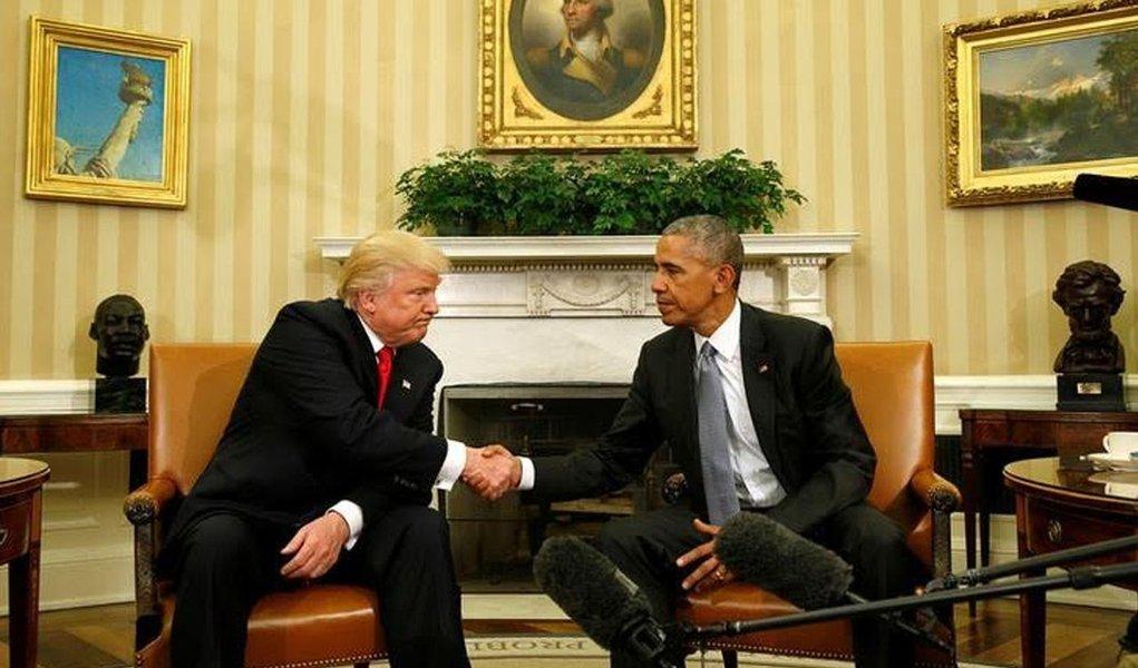 Presidente dos Estados Unidos, Barack Obama, e o presidente eleito, Donald Trump, discutiram nesta quinta-feira, 10, uma série de assuntos de política interna e externa na Casa Branca durante a primeira reunião entre eles desde a vitória eleitoral de Trump; em declarações a repórteres no Salão Oval, Obama disse que fará tudo o que puder para ajudar o republicano a ter sucesso quando assumir o cargo, em 20 de janeiro; Trump respondeu afirmando esperar mais reuniões com Obama