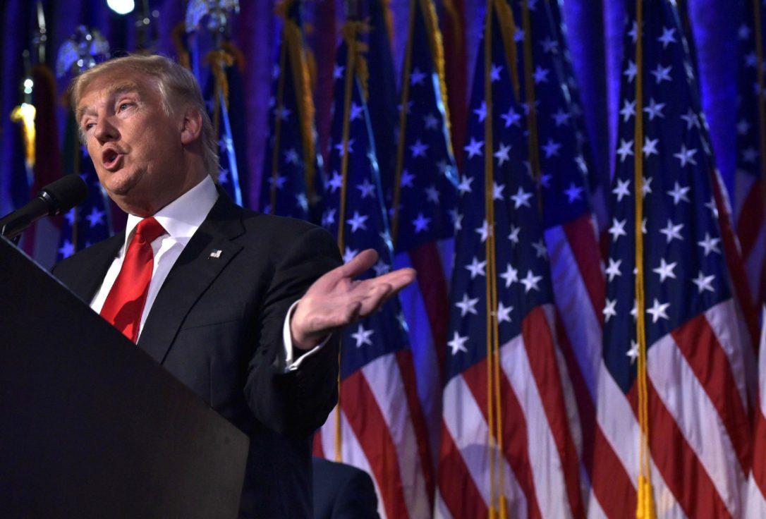 """Para o público interino, Donald Trump disse que nenhum americano será esquecido e que toda a infraestrutura do País será reconstruída, de modo a gerar crescimento econômico; para fora, ele afirmou que todos os países que """"que quiserem se dar bem com os Estados Unidos"""" terão essa oportunidade e que sua lógica não será a do conflito; vídeo traduzido"""